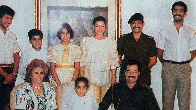 Saddam Hussein e sua família em novembro de 1988