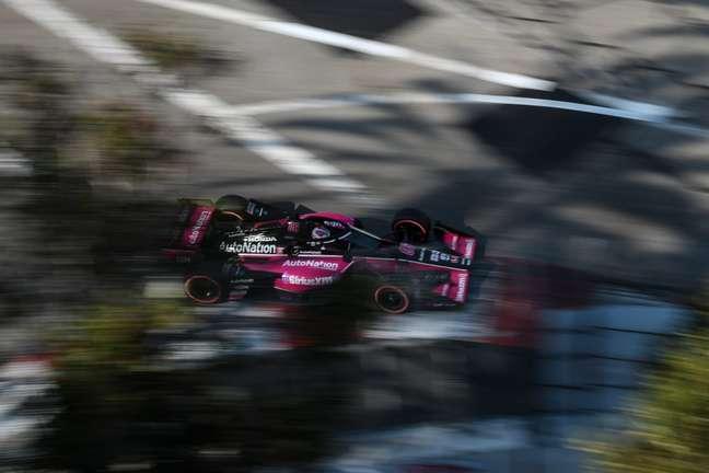 Castroneves larga em terceiro no GP de Long Beach