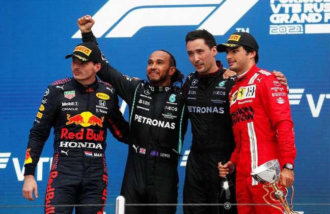 Lewis Hamilton aproveitou a chuva para vencer em Sóchi