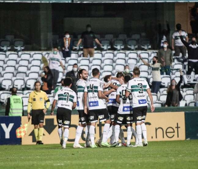 Guilherme Biro comemora seu golcom seus companheiros de time(Foto: Divulgação/Coritiba)