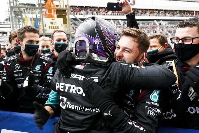 Lewis Hamilton celebra com a Mercedes a 100ª vitória da carreira