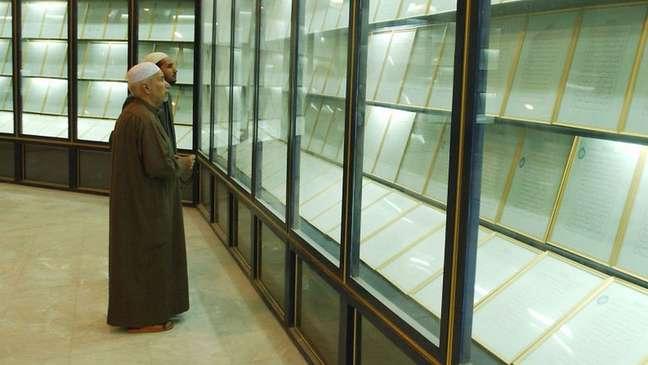 """Nesta foto de março de 2003, pode-se ver o Alcorão de Sangue exibido em uma vitrine na mesquita, então chamada de """"Mãe de Todas as Batalhas"""""""