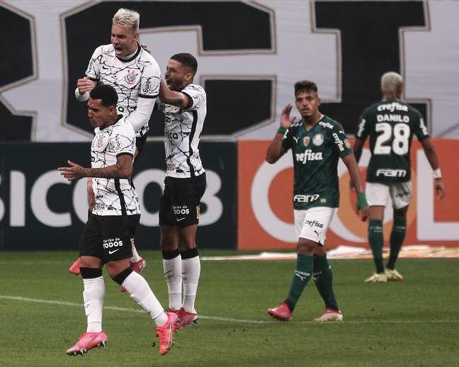 Róger Guedes faz dois gols e Corinthians vence o Palmeiras