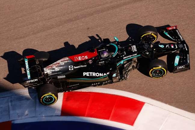 Hamilton e seu Mercedes em Sochi.