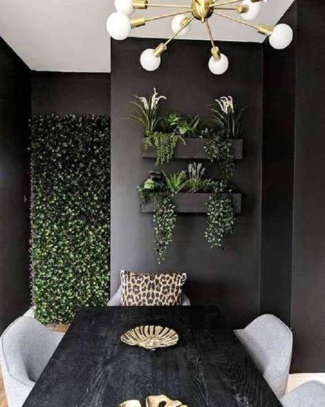 21. Decoração de sala de jantar preta com plantas na parede – Foto: Home Fashion Trend
