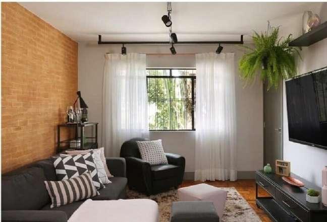 31. Parede tijolinho para decoração de sala pequena com plantas naturais – Foto: Bianchi e Lima Arquitetura