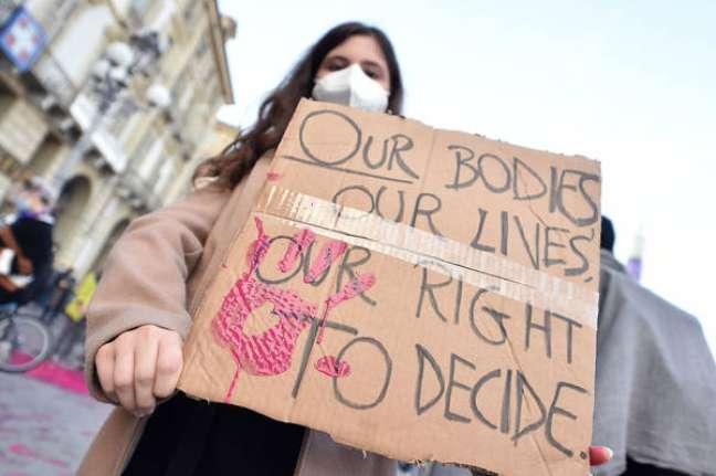 Protesto em defesa do aborto em Turim, norte da Itália