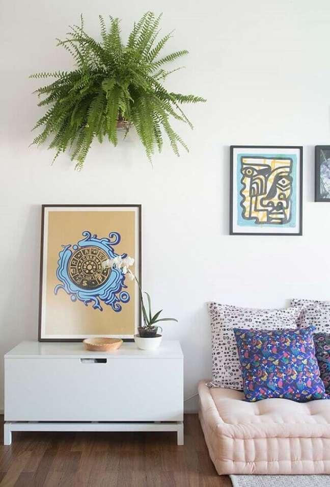5. Decoração de sala com plantas pendentes e almofadas para sofa futon – Foto: Revista Artesanato