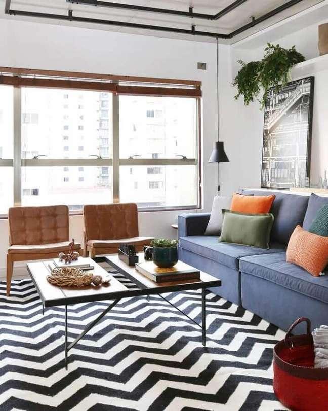 38. Tapete chevron para decoração de sala com plantas naturais e sofa azul – Foto: Mandril Arquitetura
