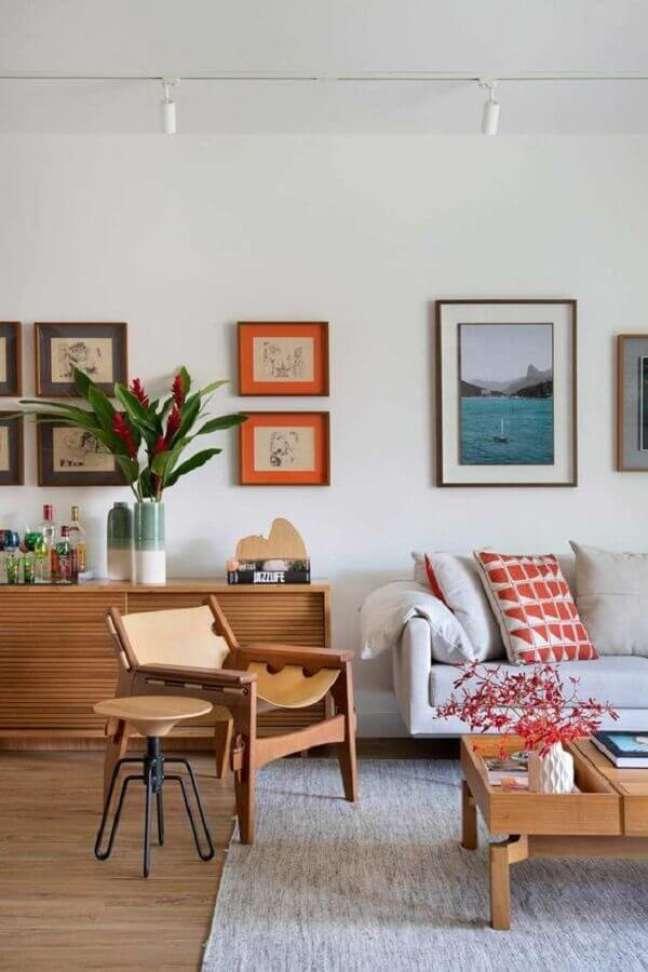 50. Vasos com plantas para decoração de sala de estar com poltrona de madeira e sofa cinza – Foto: Carmen Zaccaro Arquitetura
