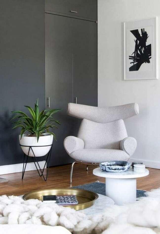 40. Tons de cinza para decoração de sala com plantas e poltrona moderna – Foto: Behance