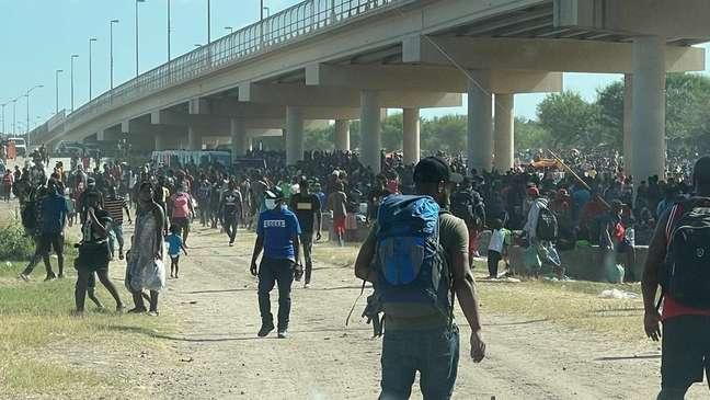 Cerca de 13 mil haitianos acamparam sob uma ponte na fronteira entre México e Estados Unidos na semana passada