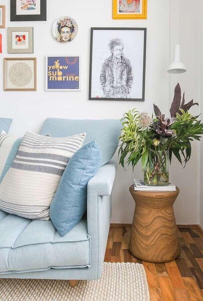 34. Sofá azul claro para decoração de sala com plantas e quadros na parede – Foto: Iná Arquitetura