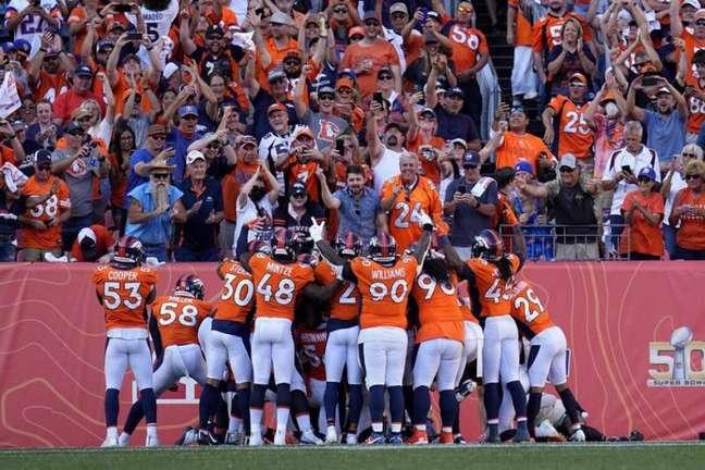 No primeiro jogo diante de seu torcedor nesta temporada, os Broncos não tomaram conhecimento dos Jets (Reprodução / Twitter / Broncos)