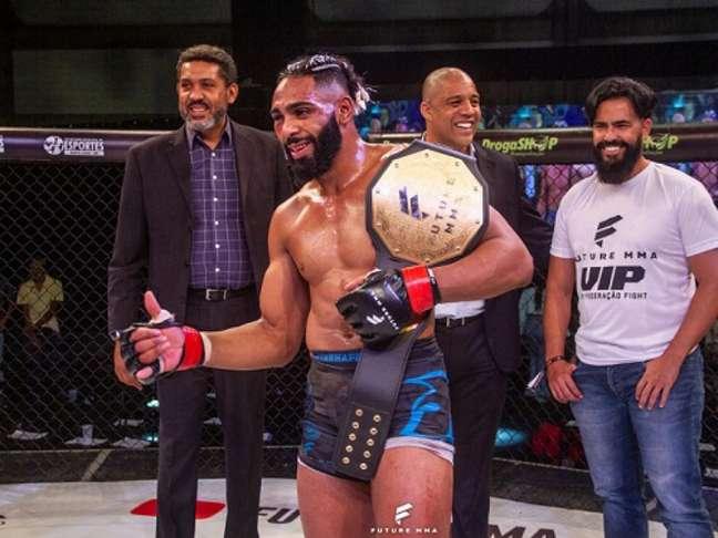 Claudio Ribeiro conquistou o cinturão peso-médio do Future FC MMA (Foto: Vica Bueno)