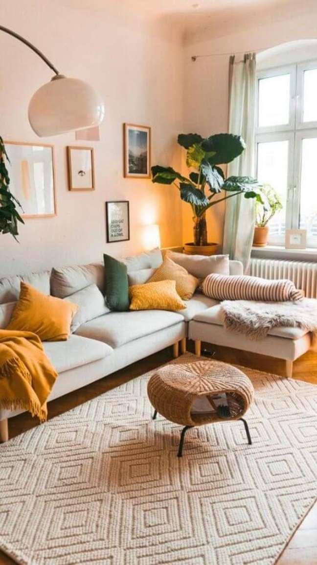 9. Cores neutras para decoração de sala com plantas e sofa com chaise – Foto: Apartment Therapy