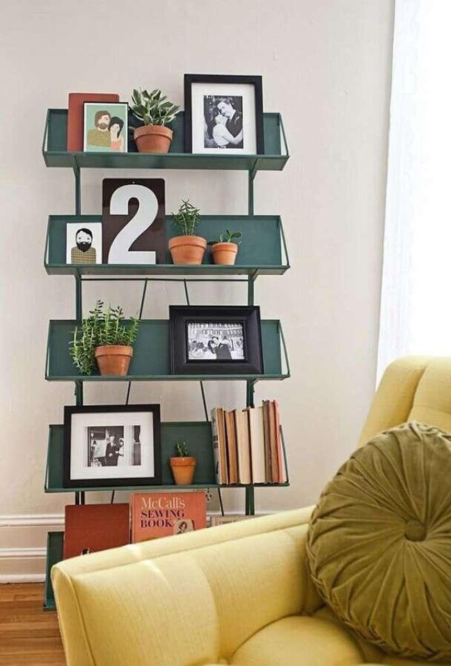 44. Vasos com plantas para decoração de sala com estante pequena – Foto: HousesDesign