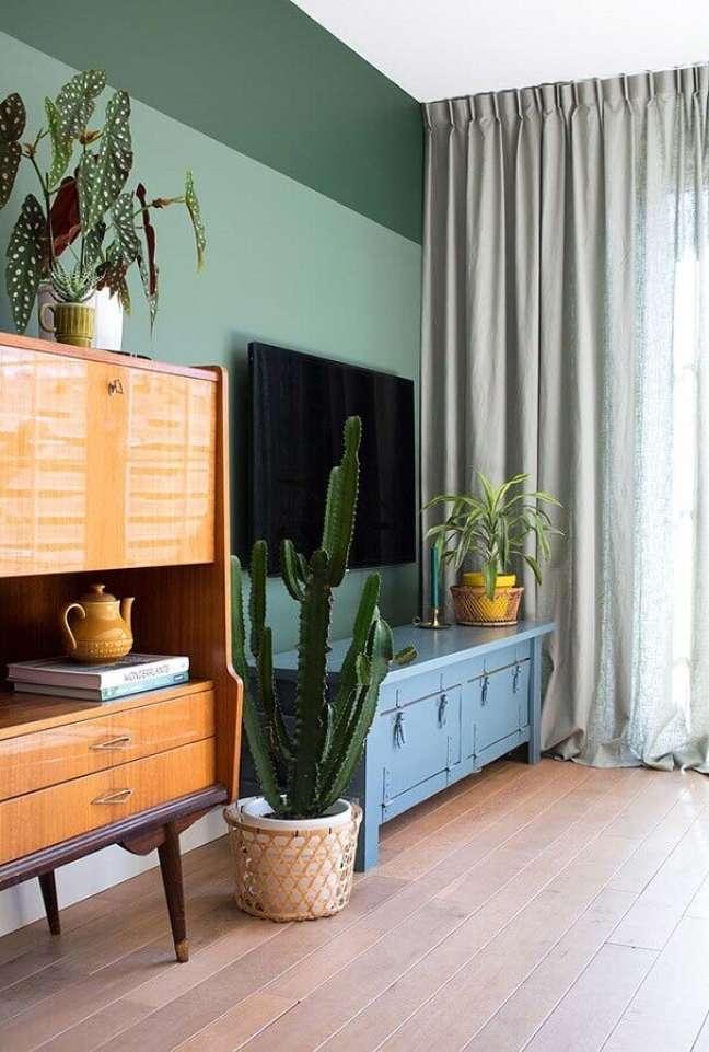 22. Decoração de sala pequena com plantas e rack azul – Foto Apartment Therapy