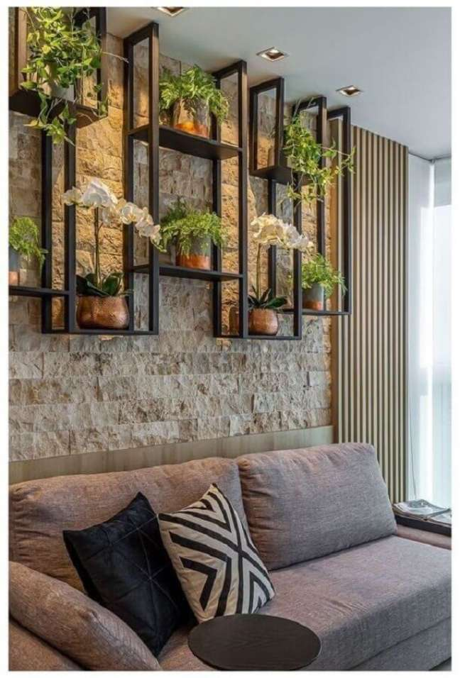 28. Parede rustica para decoração de sala com plantas em prateleira industrial – Foto: Estofos PT
