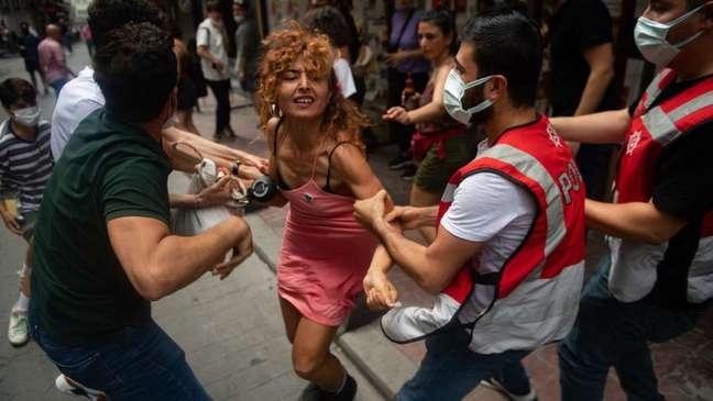Durante a Parada do Orgulho Gay em Istambul este ano, a polícia turca disparou gás lacrimogêneo e prendeu dezenas de participantes