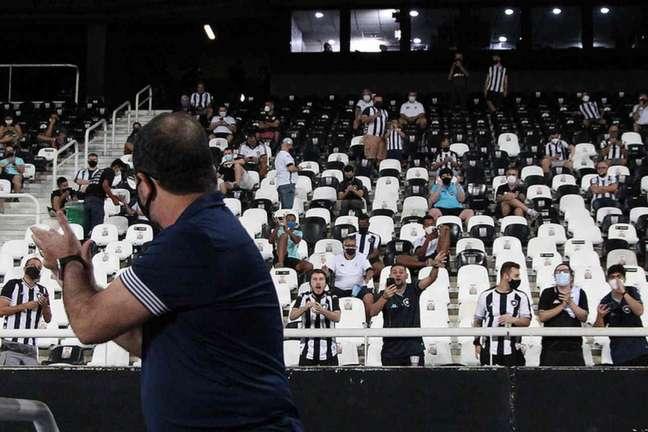 Enderson com a torcida do Botafogo (Foto: Vítor Silva/Botafogo)