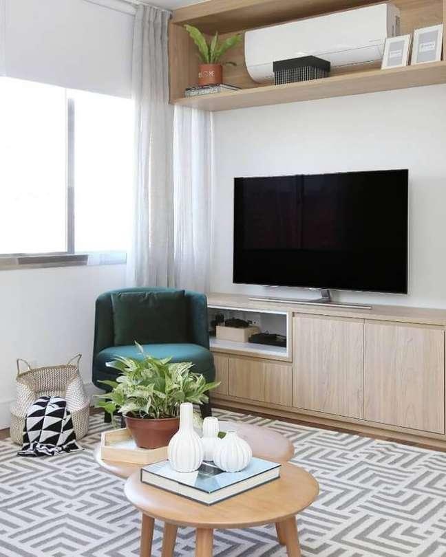 14. Decoração de sala com plantas e poltrona verde sem braço – Foto: Mandril Arquitetura