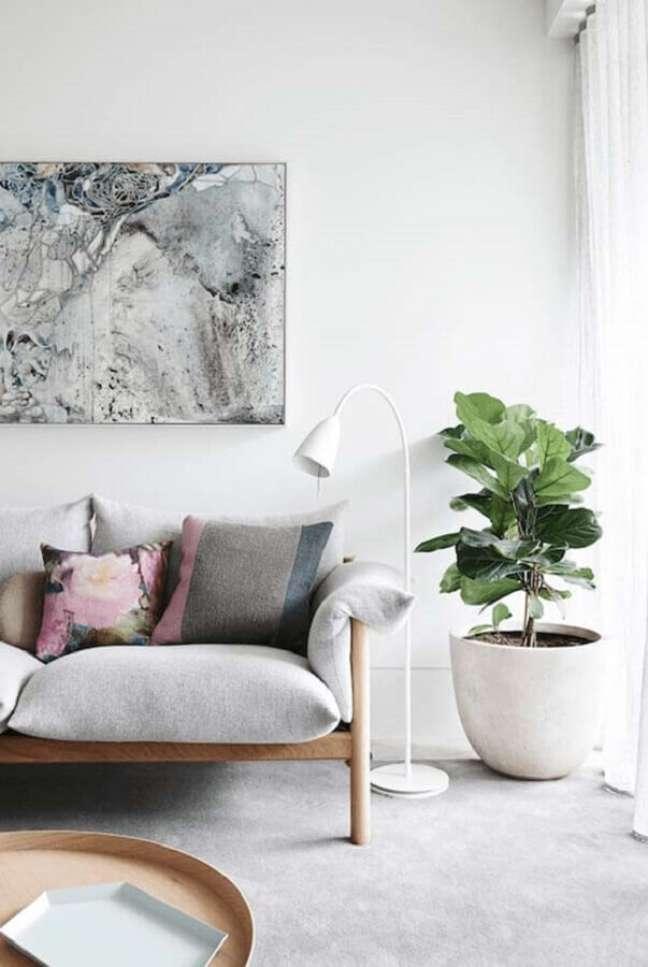 16. Decoração de sala com plantas e sofa de couro – Foto: UPMKT