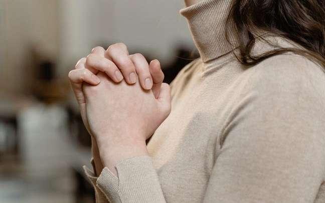 No espiritismo, os adeptos são estimulados a refletirem segundo o evangelho. Saiba quais preceitos espíritas são aconselhados nos centros - Foto de MART PRODUCTION no Pexels