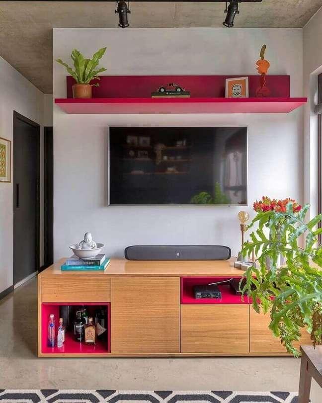 33. Rack de madeira para decoração de sala pequena com plantas – Foto: Mandril Arquitetura