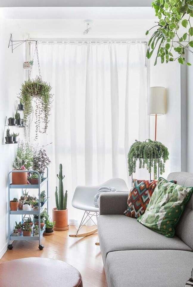 63. Vasos com plantas para decoração de sala simples em cores claras – Foto: Gisele Rampazzo