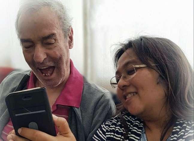 Ana Nakamura ajudando um idoso no centro-dia a interagir com jogos
