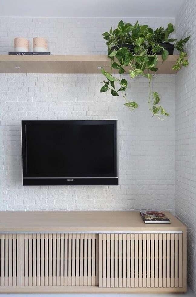 30. Parede tijolinho branco para decoração de sala com plantas e rack de madeira – Foto: Bianchi e Lima Arquitetura