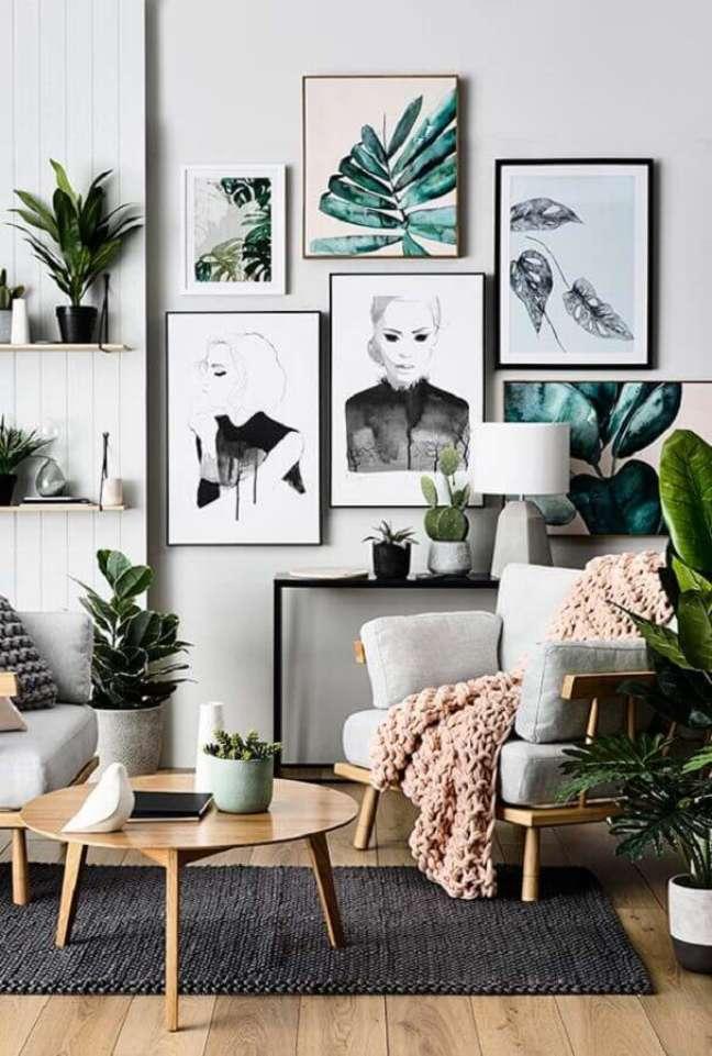 15. Decoração de sala com plantas e quadros de parede em cores claras – Foto: Decorie