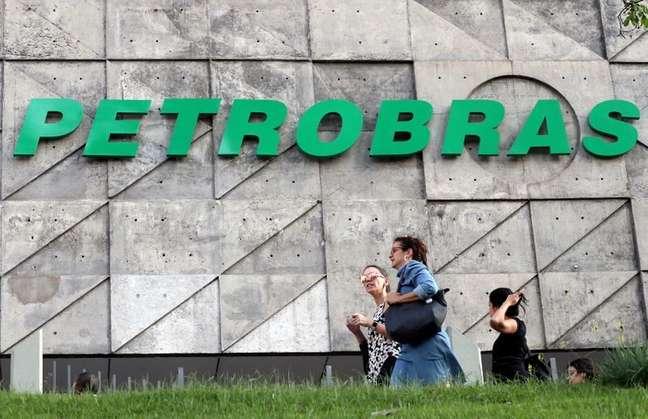 Pessoas passam em frente à sede da Petrobras no Rio de Janeiro 16/10/2019 REUTERS/Sergio Moraes