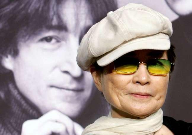 Yoko Ono concede entrevista em frente a retrato de John Lennon em Tóquio 07/10/2005 REUTERS/Toru Hanai