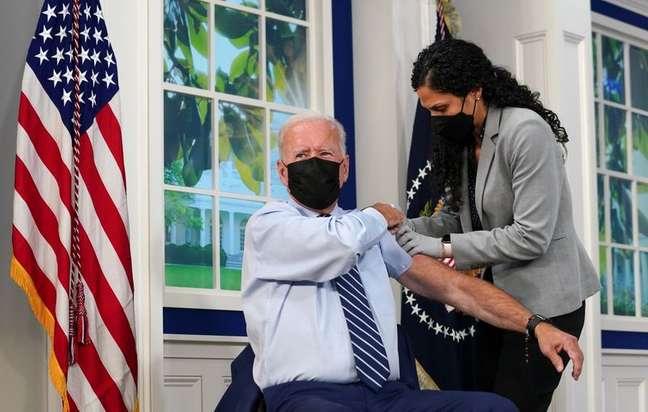 Presidente dos EUA, Joe Biden, recebe dose de reforço de vacina contra Covid-19 na Casa Branca 27/09/2021 REUTERS/Kevin Lamarque
