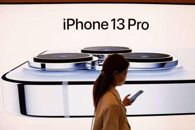 Vista de anúncio do Apple iPhone 13. 24/9/2021. REUTERS/Carlos Garcia Rawlins