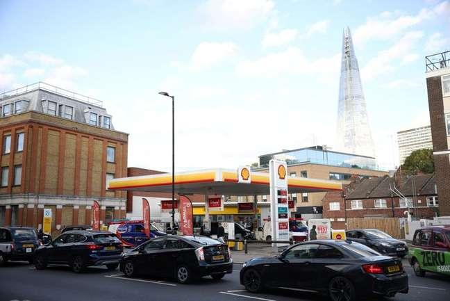 Fila de veículos em posto de combustível em Londres 27/09/2021 REUTERS/Henry Nicholls