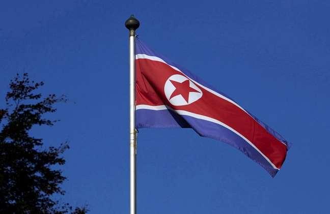 Bandeira da Coreia do Norte na missão permanente do país em Genebra 02/10/2014 REUTERS/Denis Balibouse
