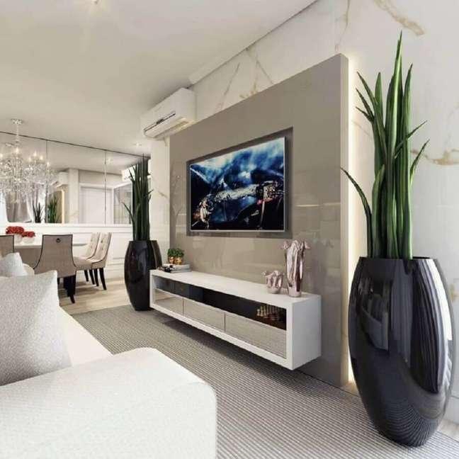 2. Decoração de sala com plantas artificiais grandes – Foto: Alana Heil Arquitetura
