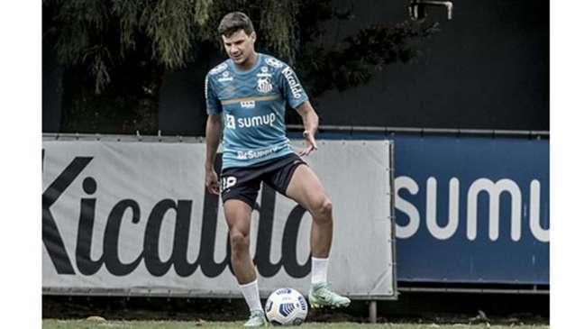 O meia Augusto deve fazer o primeiro jogo com o Santos nesta terça-feira (Foto: Ivan Storti/Santos)