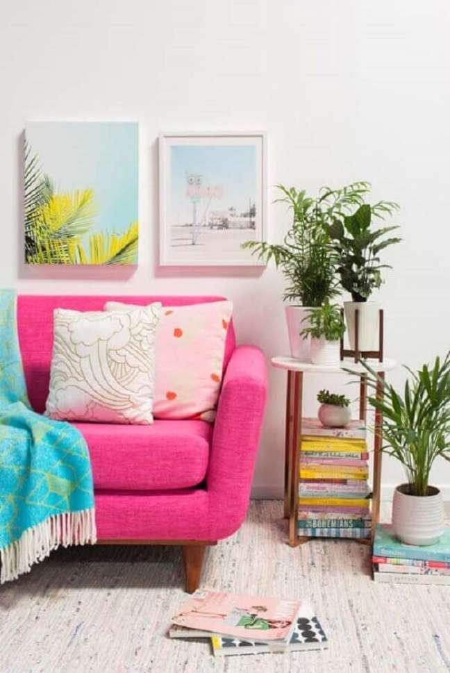 48. Vasos com plantas para decoração de sala com sofa rosa – Foto: Decor Fácil