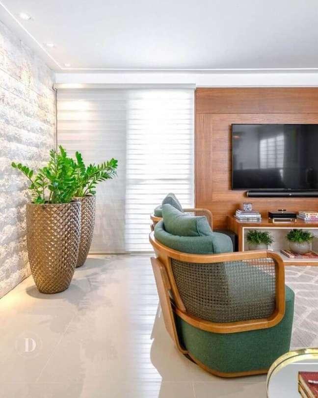 10. Decoração de sala com plantas artificiais grandes e poltrona moderna verde – Foto: Daiana Capuci