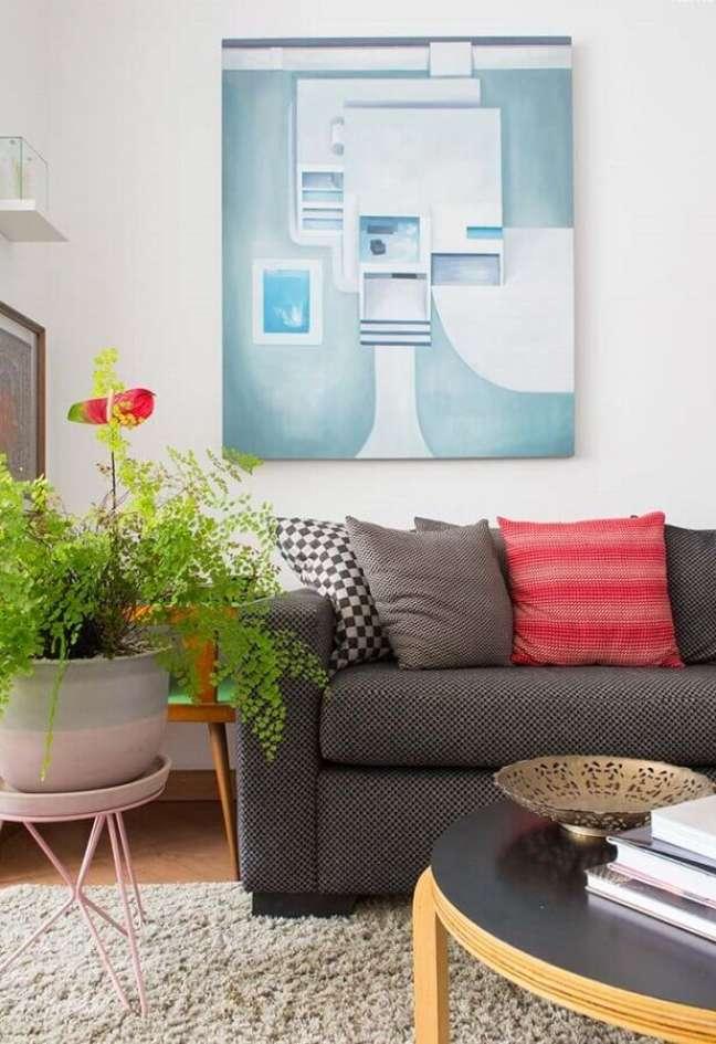 11. Decoração de sala com plantas e almofadas coloridas – Foto: Revista Artesanato