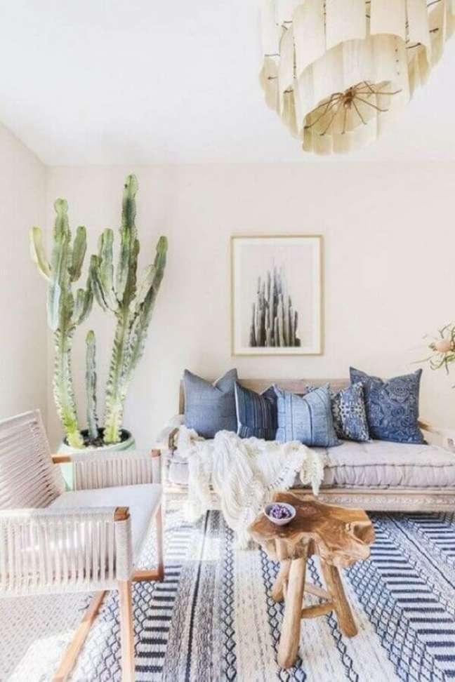 6. Cores claras para decoração de sala com plantas e tapete azul e branco – Foto: Futurist Architecture
