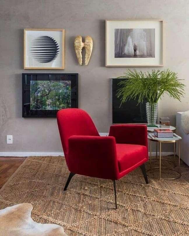 32. Poltrona vermelha para decoração de sala com plantas artificiais – Foto: Paola Ribeiro Interiores