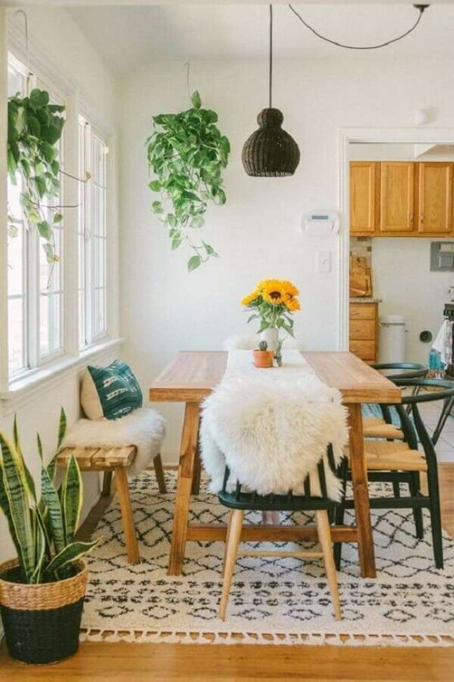 55. Vasos com plantas para decoração de sala de jantar simples – Foto: Sara Toufali