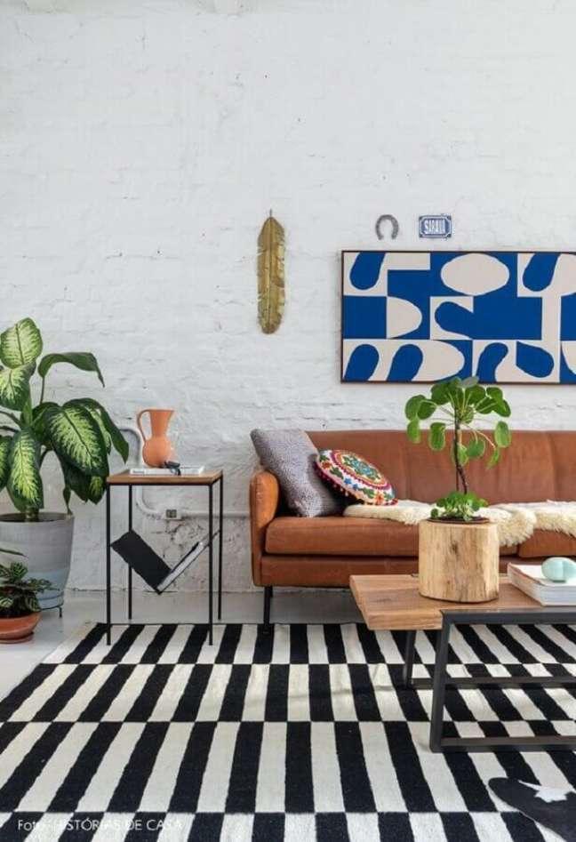 17. Decoração de sala com plantas e tapete preto e branco – Foto: Murilo Nogueira