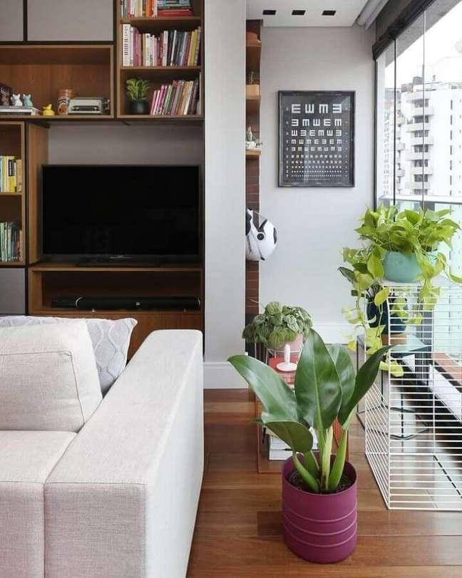 59. Vasos com plantas para decoração de sala moderna planejada com estante de nichos – Foto: Mandril Arquitetura