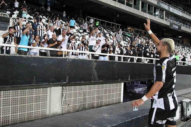 Rafael fala com a torcida em estreia pelo Botafogo (Foto: Vítor Silva/Botafogo)